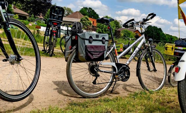 Fahrräder auf einem Feldweg in Schloß Ricklingen