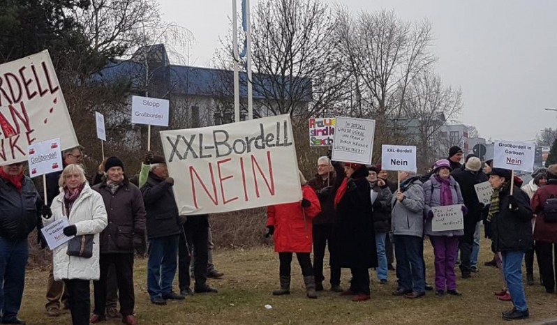 Frauen demonstrieren gegen geplantes Großbordell